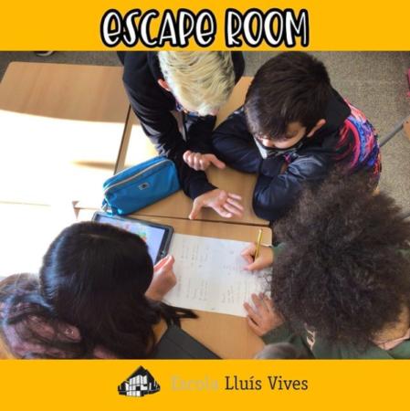 Alumnes realitzant una prova del escape room