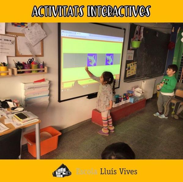 Alumnes de P4 realitzant activitats interactives