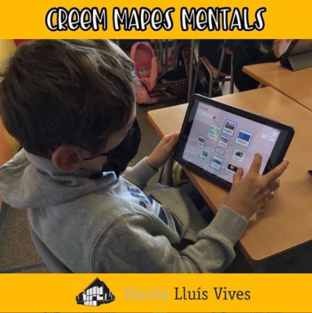 Alumnos de ciclo superior haciendo un mapa mental con el iPad y la aplicación Popplet
