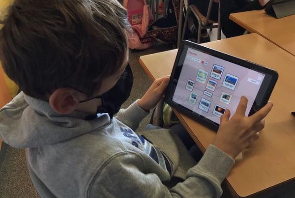 Alumnes de cicle superior fent un mapa mental amb l'iPad i l'aplicació Popplet