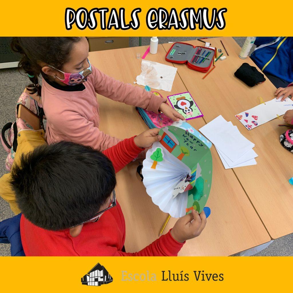 Els alumnes miren les postals d'any nou d'altres països