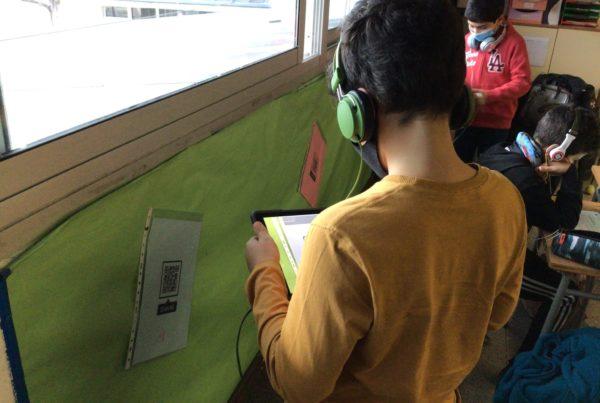 alumnes escanejant un codi QR