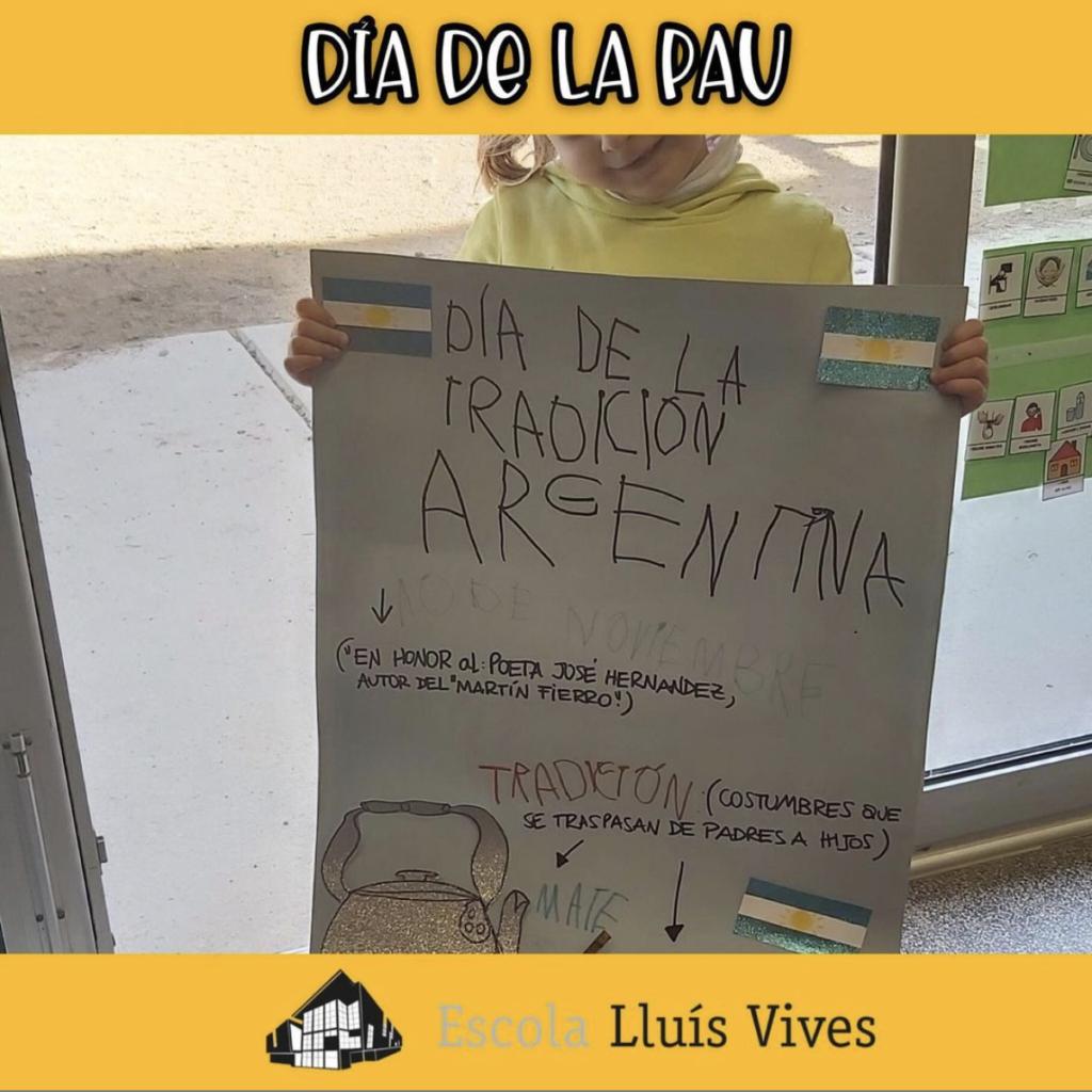 alumne explicant tradició d'Argentina pel dia de la Pau 2021
