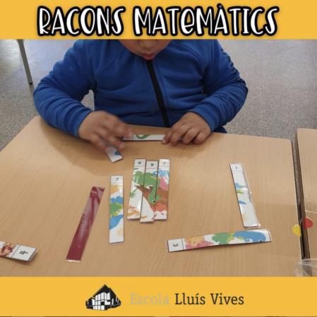 alumne fent un puzle matemàtic