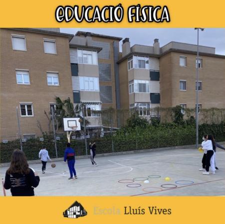 alumnes practiquen basket i tres en ratlla